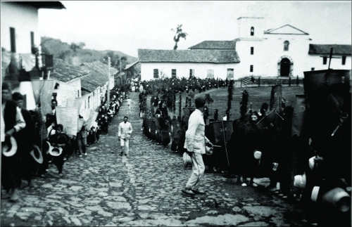 Solemne procesión de semana santa y su antigua iglesia en el año 1934